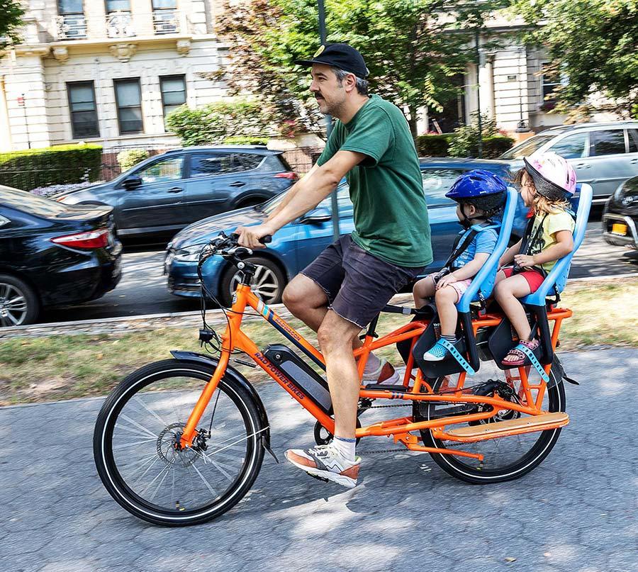 Le vélo cargo électrique, bien pratique pour amener les enfants à l'école, mais pas que…