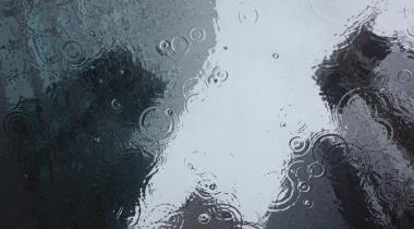 Faire du vélo sous la pluie dans la ville